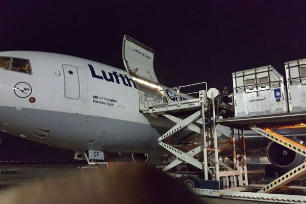 air-transport-loading-container-in-airplane-01.jpg