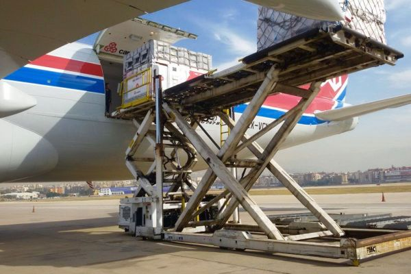 air-transport-loading-container-in-airplane-02.jpg